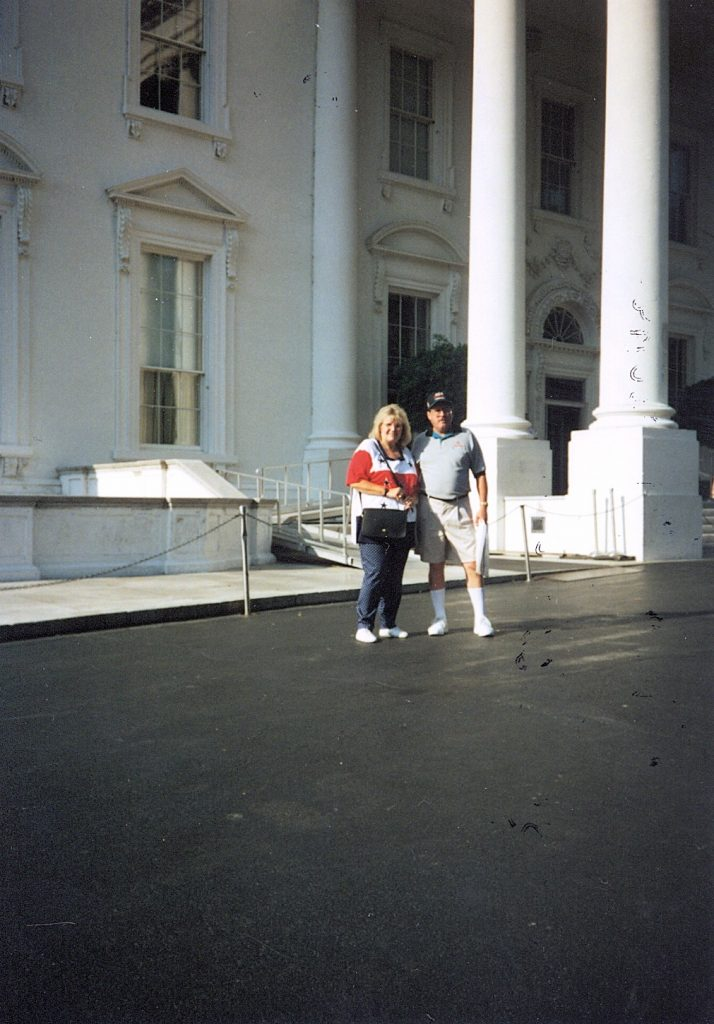 d002_1997_bob____pat_dye__white_house_steps__