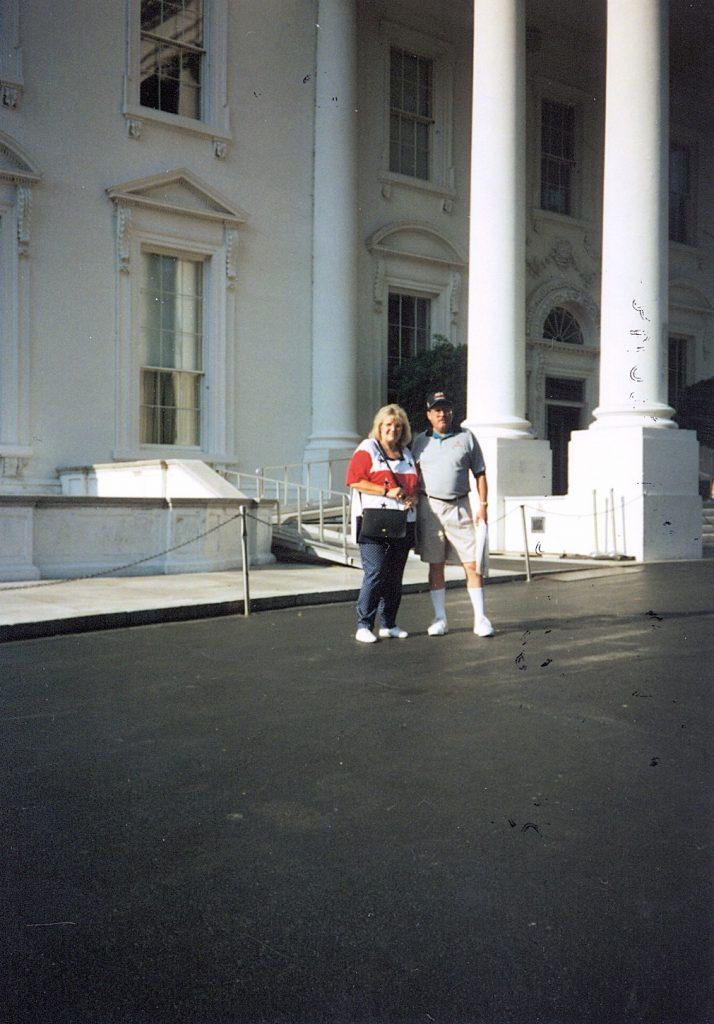 d002_1997_bob____pat_dye__white_house_steps__